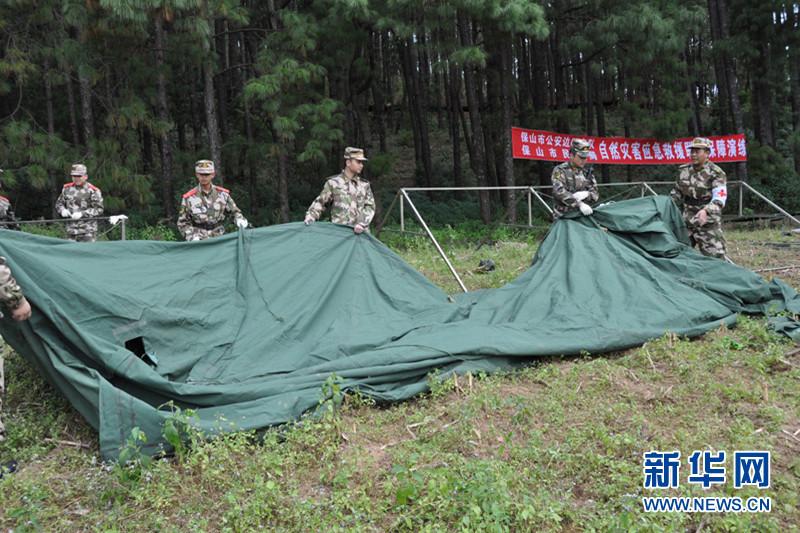边防官兵搭建救灾帐篷.张锦难